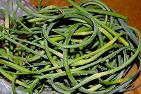 зеленые побеги чеснока