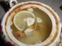 Согревающий имбирный чай с чесноком, лимоном и медом для защиты от простуды